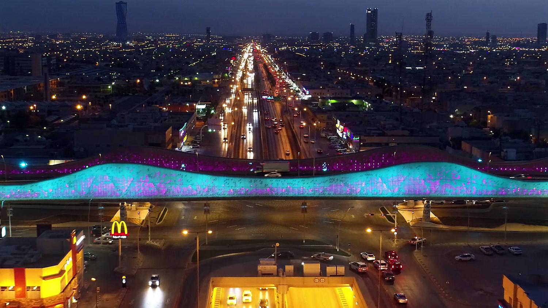 Imagen nocturna del puente Duna en el video de Old Port Films para IDOM